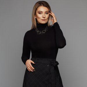 Μαύρη μπλούζα και γκρι καρό φούστα με ζώνη